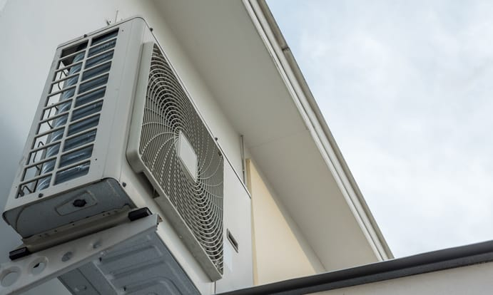 Buitenunit van de lucht-lucht warmtepomp